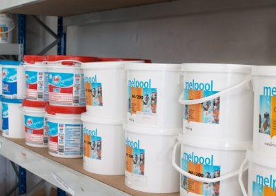 Quelques produits nécessaires à l'entretien de votre piscine, disponibles dans notre magasin de Baillargues (Hérault)