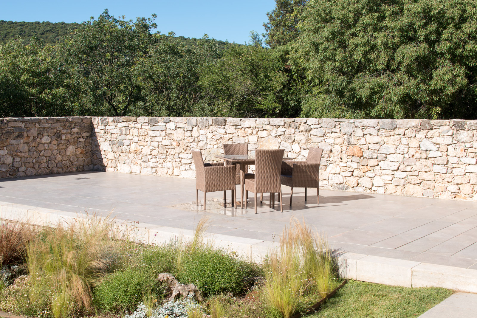 La piscine est fermée, vous pouvez profiter d'une spacieuse terrasse