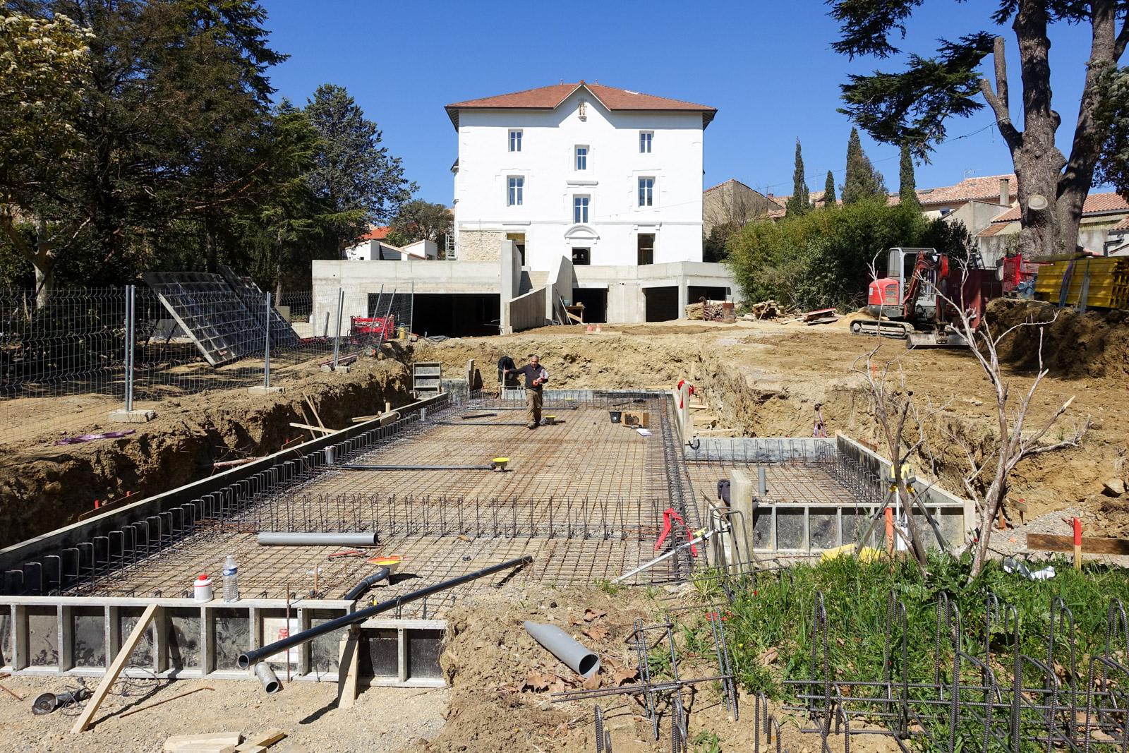 Début de la construction de la piscine du Château d'Autignac (34)